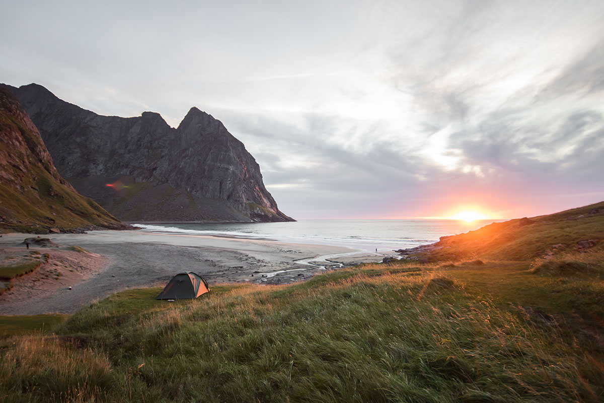 Camperen met een tent in IJsland